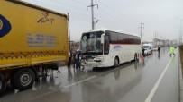 SERVİS OTOBÜSÜ - İşçi Servisi Tıra Çarptı Açıklaması 8 Yaralı