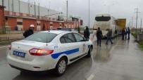 SERVİS OTOBÜSÜ - İşçi Taşıyan Otobüs TIR'a Arkadan Çarptı Açıklaması 8 Yaralı