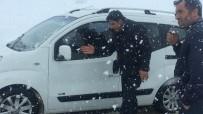 KIŞ MEVSİMİ - Nisanda Karla Mücadele Açıklaması Sürücüler Yolda Kaldı