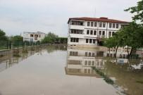 SAĞANAK YAĞIŞ - Sular Altında Kalan Okulda Mahsur Kaldılar