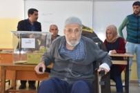 93 Yaşında, Tekerlekli Sandalyeyle Oy Kullandı