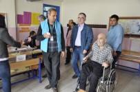 Hasta Ve Yaşlılar Ekiplerin Yardımıyla Sandığa Gitti