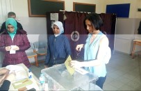 HÜLYA AVŞAR - Hülya Avşar'ın kızı Zehra'nın ilk oy şaşkınlığı