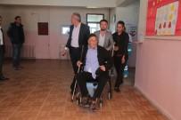 YAŞLI KADIN - Silopi'de Felçli Hastalar Sağlıkçıların Yardımı İle Oy Kullandı