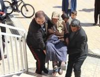 Yaşlı Kadın Sağlık Görevlilerinin Kollarında Sandığa Gitti