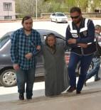 Yaşlı Kadının Oy Kullanmasına Polis Yardım Etti