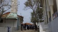 Burhaniye'de Cami İle Minaresi Arasından Yol Geçiyor