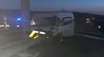 Düğüne Giden Minibüs Orta Refüje Çarptı; 9 Yaralı