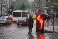 GÖKKUŞAĞI - Fırtınaya Karşı Şemsiyeli Mücadele