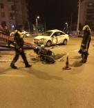 UĞUR MUMCU - Kırmızı Işıkta Geçip Otomobile Çarptı Açıklaması 1 Ölü, 1 Yaralı