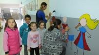 Kucağında Çocuğu İle Okulda Resim Yaptı