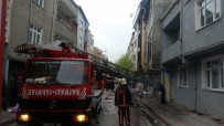 UĞUR MUMCU - Sultangazi'de Korkutan Çatı Yangını