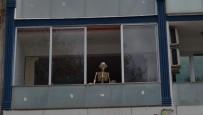 Dikkat Pencerede İskelet Var
