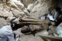 HANEDAN - Mısır'da Bir Mezarda Firavun Dönemine Ait Altı Mumya Bulundu