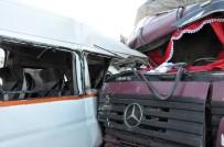 FARABI - Kamyon, Yolcu Alan İşçi Servisine Çarptı Açıklaması 5 Yaralı
