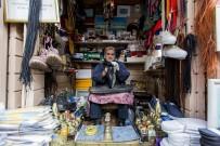 BOYA SANDIĞI - Eyüp Sultan'ın Tarihi Ayakkabı Boyacısı Açıklaması 'Yılın 365 Günü Çalışıyorum'