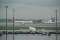ŞİDDETLİ YAĞIŞ - İstanbul'da Hava Trafiğine Yağış Engeli