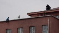 İntihar Etmek İçin Hastane Çatısına Çıkan Genci Polis Ve Hastane Çalışanları İkna Etti