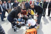 MOTOSİKLET SÜRÜCÜSÜ - Minibüsle Motosiklet Çarpıştı Açıklaması 1 Yaralı