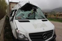 Öğrencileri taşıyan minibüs kontrolden çıktı: 17 yaralı