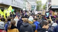 POLİS HELİKOPTERİ - Aşırı Irkçı Afd'liler Köln'de Protesto Edildi