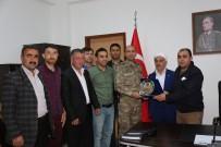 GAZİ YAKINLARI - Şehit Ve Gazi Yakınlarından Tabur Komutanına Plaket