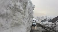 KAR YIĞINLARI - Van-Bahçesaray Yolundaki Kar Yığınları Şaşırtıyor