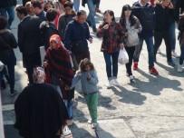 İSTİKLAL CADDESİ - 23 Nisan'da Dilenen Çocuklar Yürek Burktu