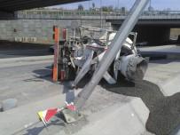 İKITELLI - Başakşehir'de Virajı Alamayan Beton Mikseri Yola Devrildi