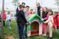 Çocuklar Sokak Hayvanları İçin Kulübe Boyadılar
