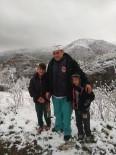 KAR TOPU - Selendi'ye Nisan Ayında Kar Yağdı