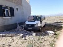 Şiddetli Fırtına İnşaat Halindeki Evi Aracın Üzerine Yıktı