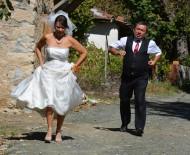 KADİR ÇÖPDEMİR - Yeşim Salkım Düğününde Giydiği Gelinliği Son Kez Giyip Hayranına Hediye Etti