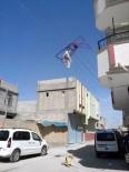 Rüzgarda Uçan Çamaşır Kurutmalığı Elektrik Teline Takıldı