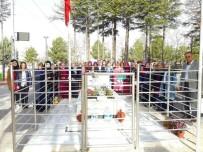 ÇUKURKUYU - Üniversiteli Öğrenciler Şehit Ömer Halisdemir'in Mezarını Ziyaret Etti