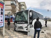 Yolcu Otobüsüyle Kamyonet Çarpıştı, 5 Yaralı
