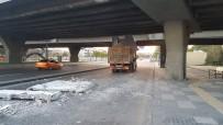 Başkent'te elektrik panosu yüklü kamyon köprüye sıkıştı