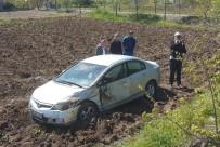 DİREKSİYON - Otomobil Tarlaya Uçtu Açıklaması 1 Yaralı