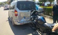 Park Halindeki Kamyonete Çarpan Motosikletteki 2 Kişi Yaralandı