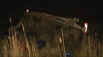 PATLAMA SESİ - Yolcu Otobüsü İle Kamyon Çarpıştı Açıklaması 11 Yaralı