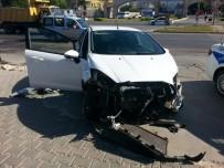 OKUL SERVİSİ - Öğrenci Servisi İle Otomobil Çarpıştı Açıklaması 1 Yaralı