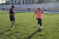 SALON FUTBOLU - İranlı Kadın Hemşire, Futbol Yeteneğiyle Göz Dolduruyor