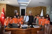 Başkan Üzülmez, Dürdane Özdilek Ortaokulu Futbol Takımını Ağırladı