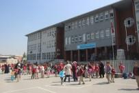 TURGAY CINER - Yangından Korkan Öğrencileri İtfaiye Eri Kıyafetlerini Giydirerek Teselli Etti