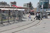 İSTANBUL VALİLİĞİ - Taksim Meydanı Bariyerlerle Kapatıldı