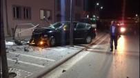 TRAFİK MÜDÜRLÜĞÜ - Polisten Kaçan Ehliyetsiz Sürücü Reklam Panosuna Çarparak Durdu