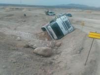 GÖKPıNAR - Baraj İnşaatına Kum Taşıyan Kamyon Devrildi