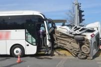 Yolcu Otobüsü İle Otomobil Çarpıştı Açıklaması 1 Yaralı