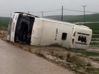 ÇÖKME TEHLİKESİ - Adana'da midibüs devrildi: 3 ölü, 24 yaralı