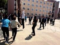 UĞUR AYDEMİR - AK Parti'li Aydemir Öğrencilerle Voleybol Oynadı